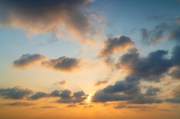 Abstrakte erstaunliche szene des betäubens des bunten sonnenuntergangswolkenhintergrundes im natur- und reisekonzept