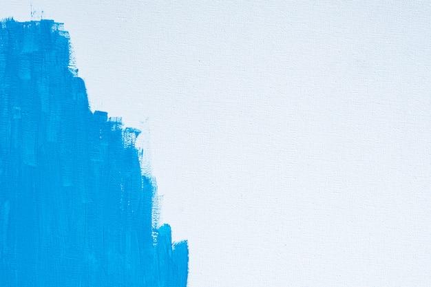 Abstrakte farbe der blauen farbe mit einem pinsel und texturen von aquarellölfarben-zeichnungslinien auf weißem leinwandhintergrund