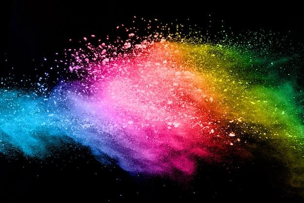 Abstrakte farbige staubexplosion auf einem schwarzen hintergrund.