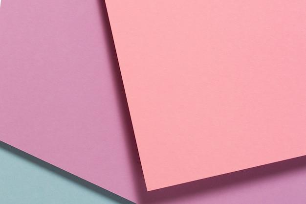 Abstrakte farbpapiere geometrie flach lag komposition hintergrund mit rosa lila blauen farbtönen