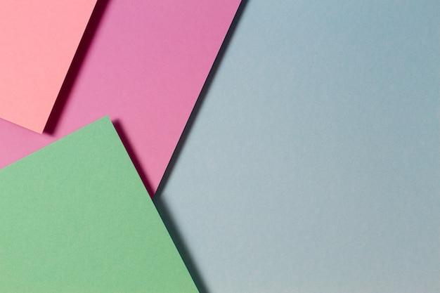 Abstrakte farbpapiere geometrie flach legen kompositionshintergrund mit grün rosa lila lila blauen farbtönen