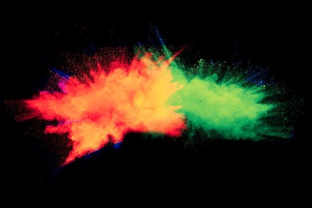 Abstrakte farbpulverexplosion auf schwarzem hintergrund. gemaltes holi im festival.