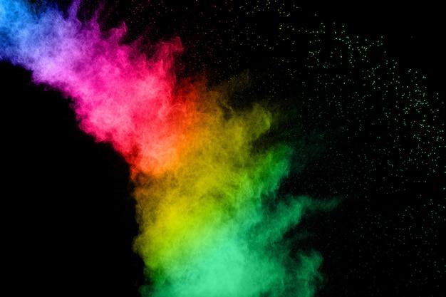 Abstrakte farbpulverexplosion auf schwarzem hintergrund