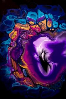 Abstrakte fließende kunst auf lila und blauen farben des schwarzen hintergrunds. flüssige acrylmalerei auf leinwand mit farbverlauf. aquarellhintergrund mit flammenmuster.