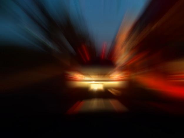 Abstrakte geschwindigkeitsbewegungsunschärfe in der stadt auf nachtstraßen-neonlicht.