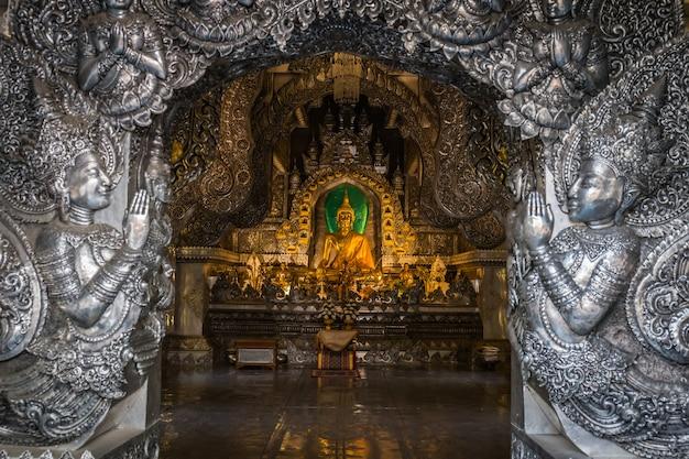 Abstrakte goldene buddha-statue mit silbernem metallrahmen im tempel bei wat sri suphan chiang mai