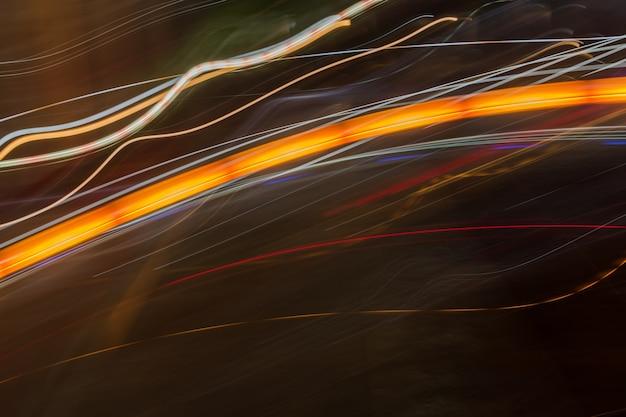 Abstrakte helle linie hintergrund lichtspuren auf dunklem hintergrund.