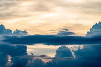 Abstrakte Hintergrundlandschaft des bunten drastischen Himmels in der Dämmerung.