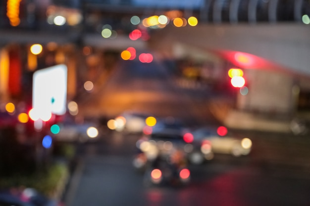 Abstrakte hintergrundunschärfe der stauhauptverkehrszeit im großstadtgeschäft