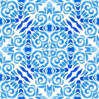 Abstrakte kachel arabeske damast aquarell handgezeichnete nahtlose muster für stoff- und keramikdesign. blaues und weißes azulejo-dekorationselement im volkskunststil