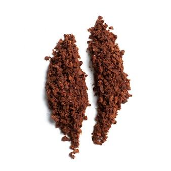 Abstrakte kaffeebohne vom mahlen auf einem weißen hintergrund.