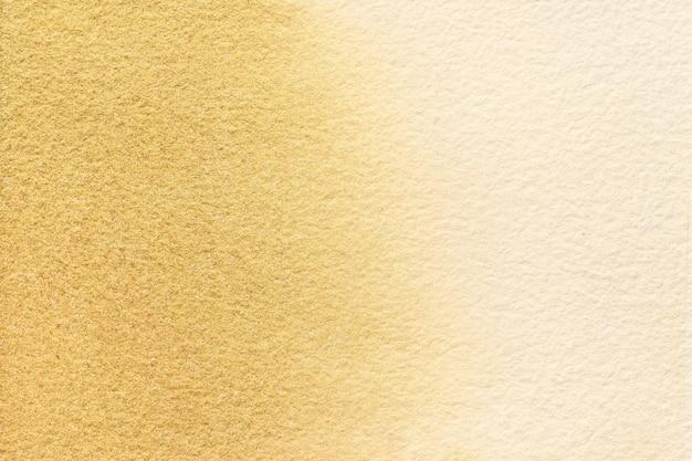 Abstrakte kunst hintergrund hellbeige und goldene farben. aquarellmalerei auf leinwand mit weichem braunem farbverlauf.