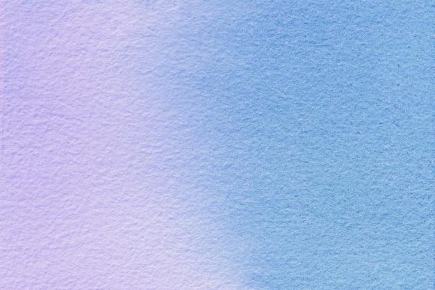 Abstrakte kunst hintergrund hellblau und lila farben. aquarellmalerei auf leinwand mit weichem lila farbverlauf.