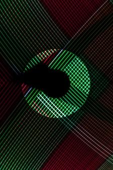 Abstrakte linie von led-licht mit spiegel auf dem schwarzen hintergrund.