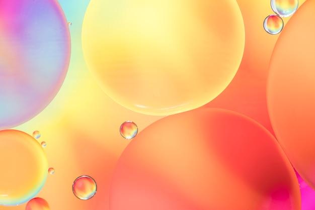 Abstrakte luftblasen auf buntem unscharfem hintergrund