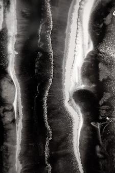 Abstrakte malerei mit epoxidharz marmorstreifen aus schwarzweißsilber