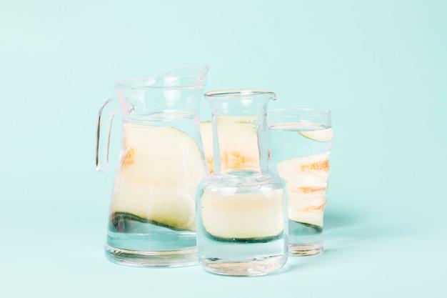 Abstrakte melonenformen auf gläsern wasser