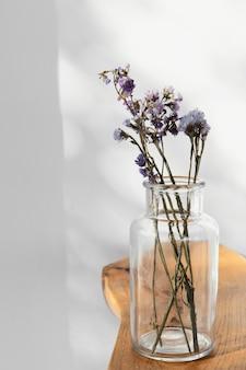Abstrakte minimale pflanze auf einem tisch