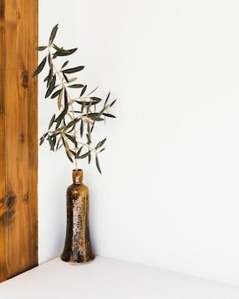 Abstrakte minimale pflanze in einer ecke