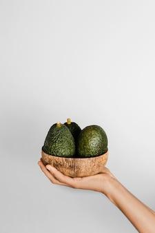 Abstrakte minimalkonzept-avocados in der schüssel