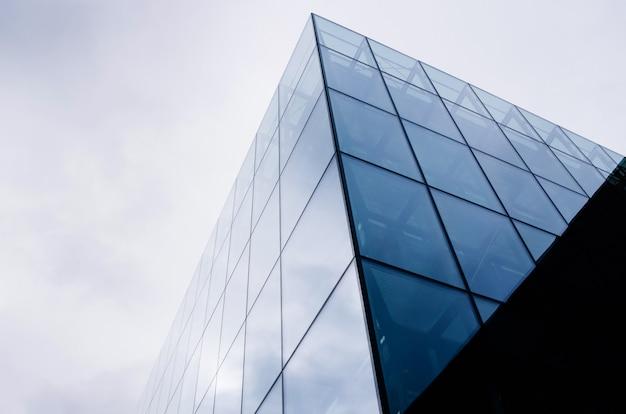 Abstrakte moderne architektur auf himmelhintergrund