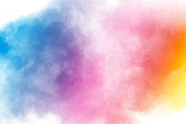 Abstrakte multi farbpulverexplosion auf weißem hintergrund frostbewegung des staubpartikelspritzens.