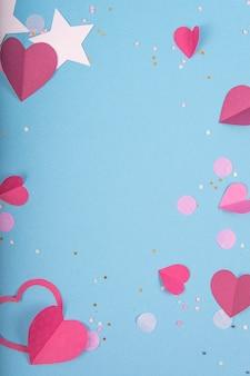 Abstrakte oberfläche mit papierherzen, sterne für valentinstag. blaue liebes- und gefühlsfläche für plakat, fahne, post, karte