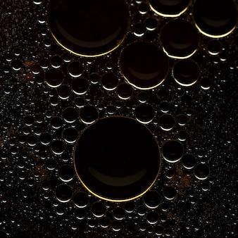 Abstrakte oberfläche runder ölblasen auf der wasseroberfläche.