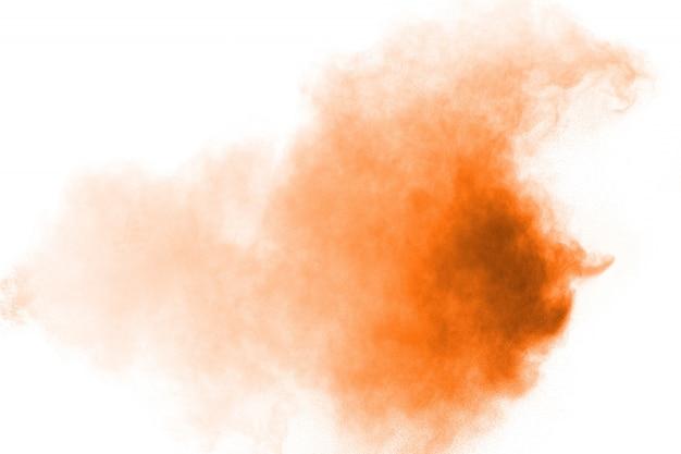 Abstrakte orange pulverexplosion auf weißem hintergrund