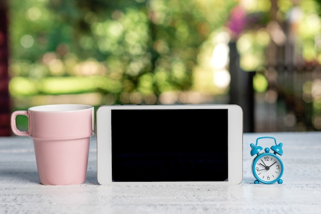 Abstrakte outdoor-smartphone-fotografie, anzeige neuer geräte, garten-café-ideen, entspannungserlebnis, umarmung der natur, frisches warmes klima, telefonanrufe