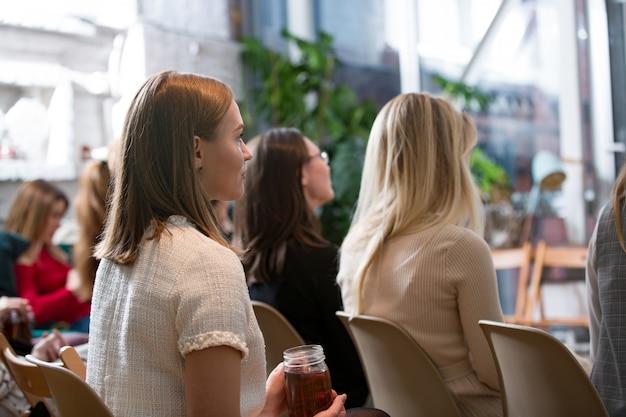 Abstrakte personen vorlesung im seminarraum, bildungs- oder trainingskonzept