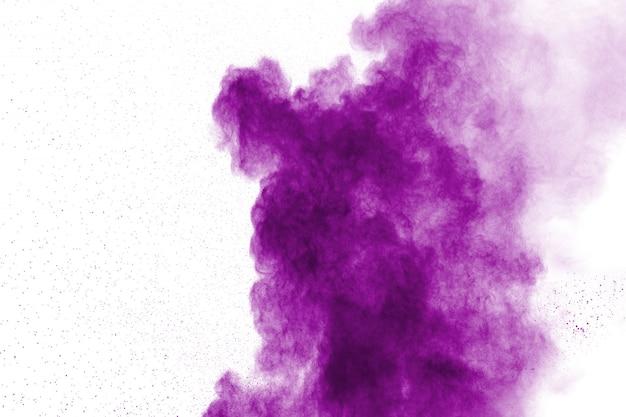 Abstrakte purpurrote pulverexplosion auf weiß