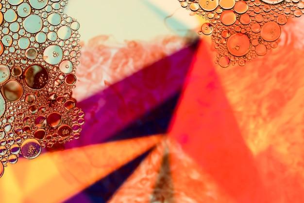 Abstrakte pyramide mit luftblasen auf leistungsfähigen farben