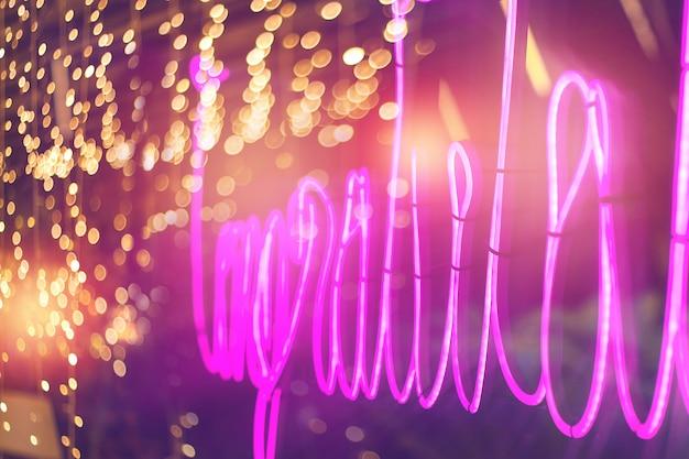 Abstrakte rosa leuchtreklame mit unscharfem neonröhrenlichthintergrund, unterhaltungszeichen