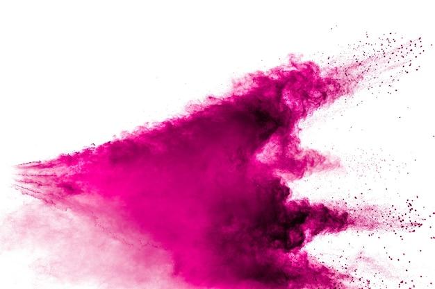 Abstrakte rosa pulverexplosion auf weißem hintergrund. frieren sie die bewegung des rosa pulverspritzens ein.