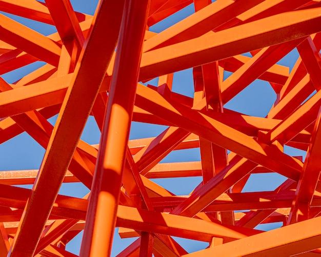 Abstrakte rote konstruktion und blauer himmel