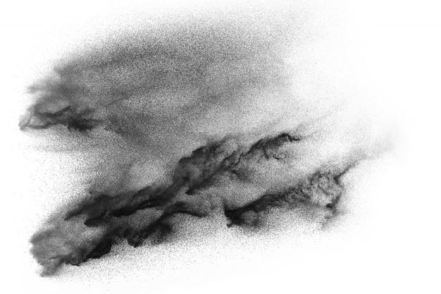 Abstrakte schwarze staubpartikel spritzen auf weißem hintergrund.