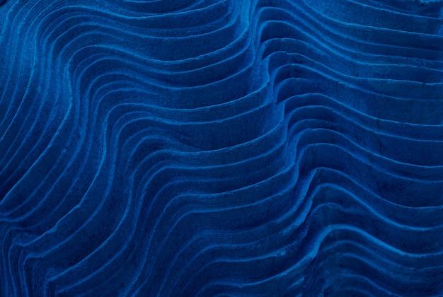 Abstrakte steinbeschaffenheitstextur. schichten versteinerter kalksteinablagerungen. klassisch blau getönt