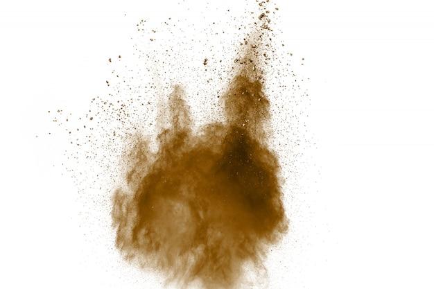 Abstrakte tiefbraune staubexplosion auf weißem hintergrund.