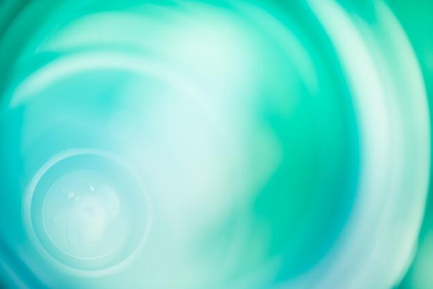 Abstrakte türkisfarbene und grüne flecken. dies ist eine linse im inneren, unscharfer hintergrund.