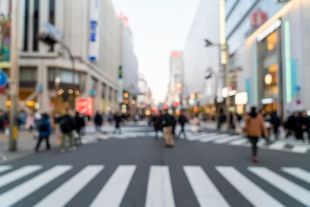 Abstrakte unschärfe-einkaufsstraße bei shinjuku in tokio, japan