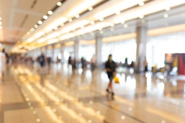 Abstrakte unschärfe menschen in messehalle event messe messe business convention show, jobmesse oder börse. organisation oder firmenveranstaltung, kommerzieller handel