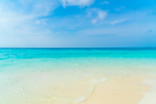 Abstrakte unschärfe schönes tropisches strandmeer und blauer himmel für hintergrund