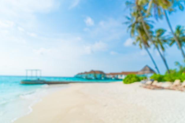 Abstrakte unschärfe tropischer strand und meer in malediven für hintergrund - ferienurlaubskonzept
