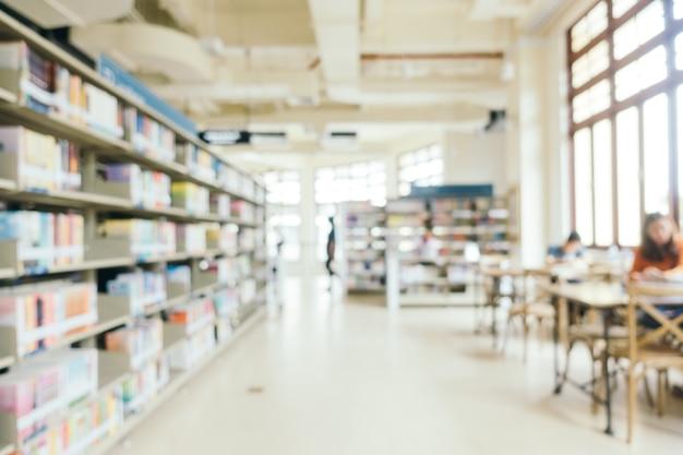 Abstrakte unschärfe und defokussierte bücherregal in der bibliothek