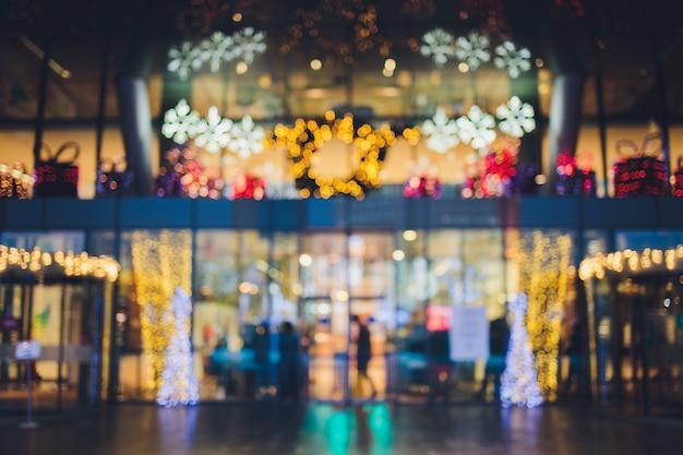 Abstrakte unschärfe und defokussiertes einkaufszentrum im kaufhausinnenraum