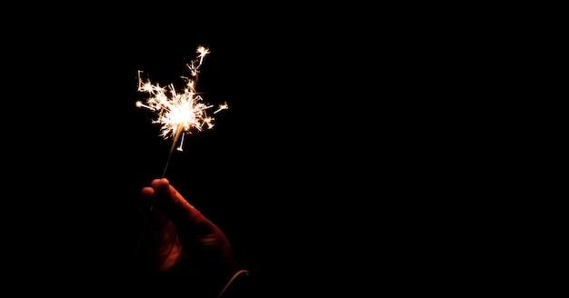 Abstrakte verwischen wunderkerzen für feierhintergrund, bewegung durch wind verwischte hand, die brennend hält