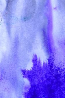 Abstrakte violette tintenflecken mit streifen auf weißem nassem papier