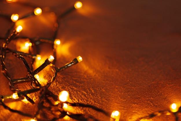 Abstrakte weihnachtslichtgirlande auf dunkelheit