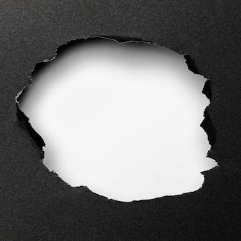 Abstrakte weiße ausschnittform auf schwarzem hintergrund